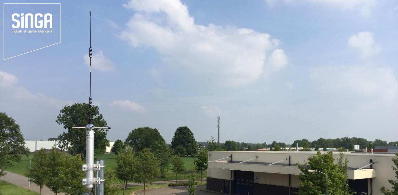 De antenne van het LoRa toegangspunt op het dak van SINGA te Varsseveld (Guldenweg 11)